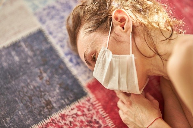 Koronawirus: samotność związana z pandemią zwiększa objawy zaburzeń psychicznych [fot. Engin Akyurt from Pixabay]