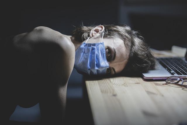 Koronawirus: zmęczenie długo utrzymującycm się objawem po przebyciu Covid-19 [fot. Engin Akyurt from Pixabay]