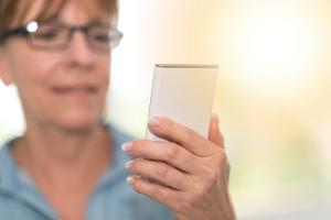 Krótkowzroczność staje się powszechna - sprzyjają jej smartfony i tablety [Fot. thodonal - Fotolia.com]