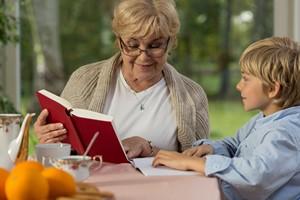 Kup wnukowi ksiażkę. W przyszłości będzie więcej zarabiał [© Photographee.eu - Fotolia.com]