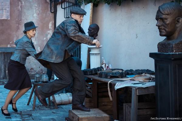 """Kurier"". Philippe Tłokiński jako Jan Nowak-Jeziorański [Philippe Tłokiński Fot. Bartosz Mrozowski]"