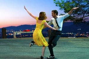 """""""La La Land"""" triumfuje na Złotych Globach [Emma Stone i Ryan Gosling fot. Dale Robinette]"""