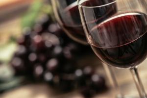 Lampka wina dziennie oczyszcza mózg i pomaga myśleć [Fot. stokkete - Fotolia.com]