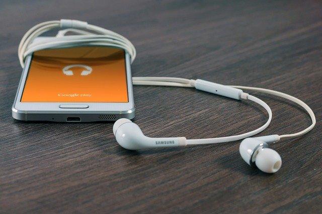 Lubisz ćwiczyć przy muzyce? I słusznie, to pomaga w treningach [fot. Firmbee from Pixabay]