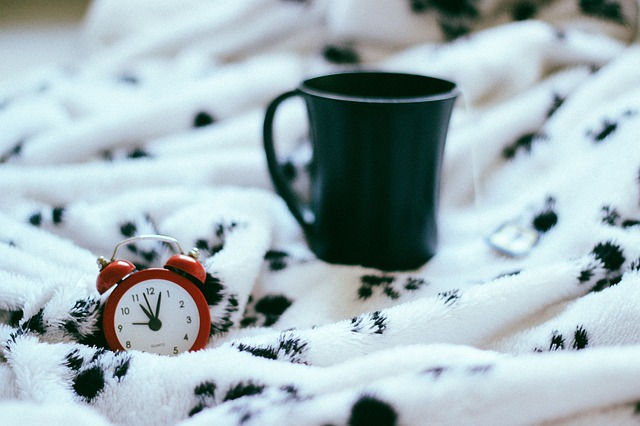 Ludzie starsi rzeczywiście potrzebują mniej snu [fot. StockSnap from Pixabay]