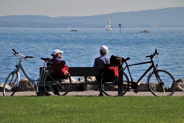 Ludzie starsi są bardziej stabilni emocjonalnie i łatwiej opierają się pokusom [fot. pasja1000 from Pixabay]