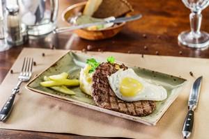 Masz zwężone tętnice? Tego jeść nie powinieneś [Stek z jajkiem, © Maksim Shebeko - Fotolia.com, Czerwone mięso i jaja w diecie]