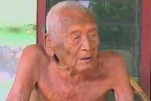Mbah Gotho - najstarszy na �wiecie cz�owiek? Mo�e mie� 145 lat... [Mbah Gotto, fot. Skifbull Channel/Youtube]
