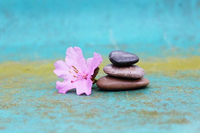 Medytacja zmniejsza poczucie osamotnienia [fot. TanteTati from Pixabay]