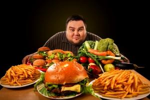 Mężczyźni, którzy jedzą w samotności, są bardziej narażeni na otyłość [Fot. Gennadiy Poznyakov - Fotolia.com]