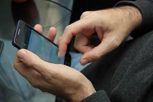 Mężczyźni niemal nie mogą wytrzymać bez swoich telefonów [© StudioPortoSabbia - Fotolia.com]