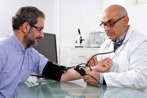 Mierz ciśnienie na obydwu ramionach - pokaże to ryzyko chorób serca [© francescomou - Fotolia.com]