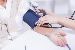 Nadciśnienie w wieku średnim oznacza uszkodzenie mÃłzgu w pÃłÅºniejszym Åźyciu [Mierzenie ciśnienia, © Photographee.eu - Fotolia.com]
