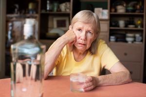 Nadmiar alkoholu dodatkowo osłabia mięśnie na starość [Fot. Scott Griessel - Fotolia.com]