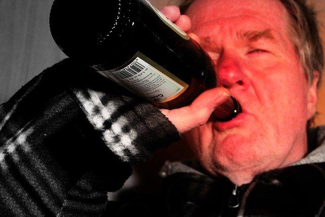 Nadmiar alkoholu ma związek z większą wagą i ryzykiem udarem [fot. Gerd Altmann from Pixabay]