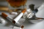Nadużywanie alkoholu i narkotyki problemem nie tylko wśród nastolatków [© Lee O'Dell - Fotolia.com]