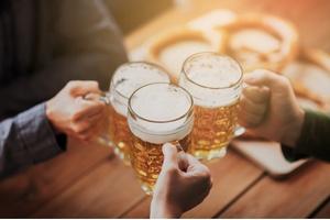Napij się piwa. Dzięki niemu łatwiej odnajdziesz się w towarzystwie [© Syda Productions - Fotolia.com]