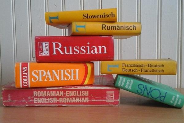 Naucz się języka obcego. Dzięki temu spowolnisz starzenie się mózgu [fot. Tessa Kavanagh z Pixabay]
