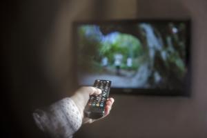 Nie przesiaduj na kanapie oglądając TV - to grozi rakiem jelita grubego [Fot. Degimages - Fotolia.com]