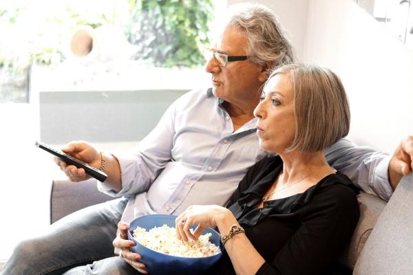 Nie przesiaduj na kanapie przed tv. Po pięćdziesiątce oznacza to szybsze pogorszenie pamięci [Fot. Giambra - Fotolia.com]