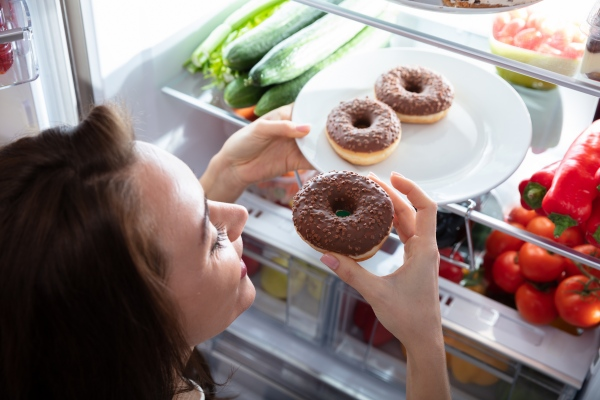 Nie traktuj jedzenia jak nagrody, bo nie schudniesz [Fot. Andrey Popov - Fotolia.com]