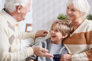Nie tylko czytanie, z wnukami trzeba rozmawiać, by rozwijały zdolności poznawcze [© Photographee.eu - Fotolia.com]