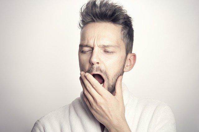 Niedobór snu prowadzi do zaburzeń emocjonalnych [fot. Sammy-Williams from Pixabay]