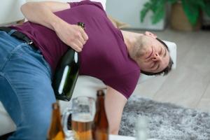 Nielegalny alkohol co roku zabija ponad 100 Polaków [Fot. auremar - Fotolia.com]