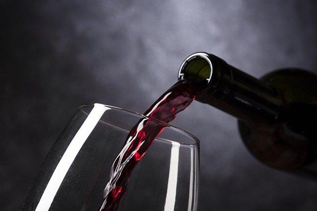 Niewielkie ilości alkoholu pomagają chronić mózg? [fot. Vinotecarium from Pixabay]