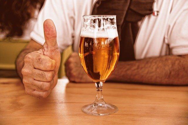Niewielkie ilości piwa mogą zmniejszyć ryzyko zaćmy i chorób serca [fot. Mabel Amber, who will one day from Pixabay]