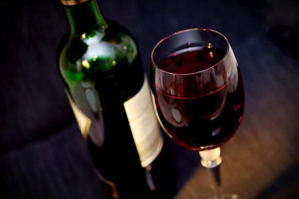 Niewielkie ilości wina poprawiają stan jelit [fot. congerdesign z Pixabay]