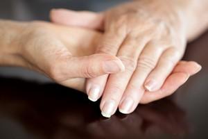 Nowo�ci kosmetyczne: piel�gnacja d�oni olejkami aromatycznymi [© ArVis - Fotolia.com]