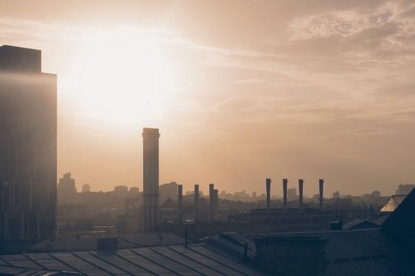 Nowy raport: zanieczyszczenia powietrza wywołują zawał, udar i inne choroby [fot. Dima Shishkov on Unsplash]