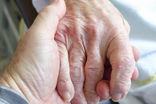 Obecność ukochanej osoby osłabia ból? [fot. Siggy Nowak z Pixabay]
