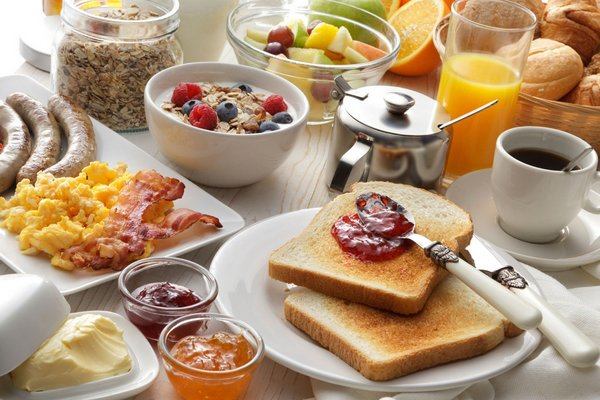 Obfite śniadanie i lekka kolacja - najlepszy sposób na spalanie tłuszczu [fot.  Elenildo Ferreira Artpix Comunicação visual z Pixabay]