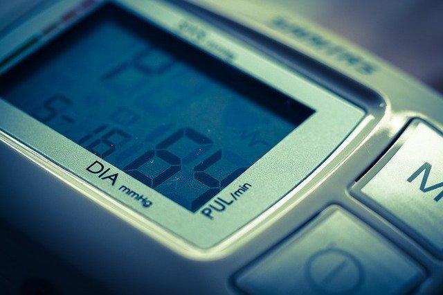 Obniżenie ciśnienia pomaga uchronić się przed demencją [fot. Thomas Breher from Pixabay]