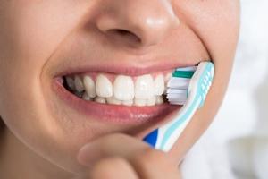 Okaż uczucie... zębom. Dopieszczone zostaną na dłużej [©  Andrey Popov - Fotolia.com]