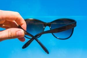 """Okulary przeciwsłoneczne: co znaczy """"UV 400"""" i inne oznaczenia? [Fot. btxstudio - Fotolia.com]"""