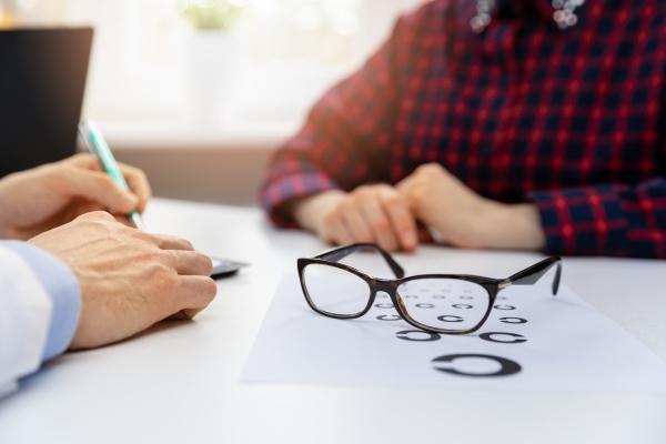 Okulary przywracają młodość spojrzenia [Fot. ronstik - Fotolia.com]