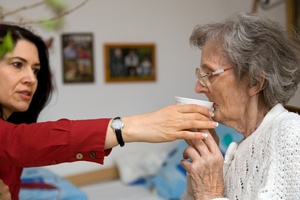 Opieka nad osobą z chorobą Alzheimera [© alephnull - Fotolia.com]