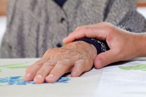 Opiekujesz si� kim� starszym lub schorowanym? Masz szans� na d�u�sze �ycie [© Ocskay Mark - Fotolia.com, Opieka]
