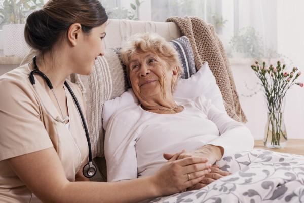 Opiekujesz się starszą osobą? Nie bój się prosić o pomoc [Fot. Photographee.eu - Fotolia.com]