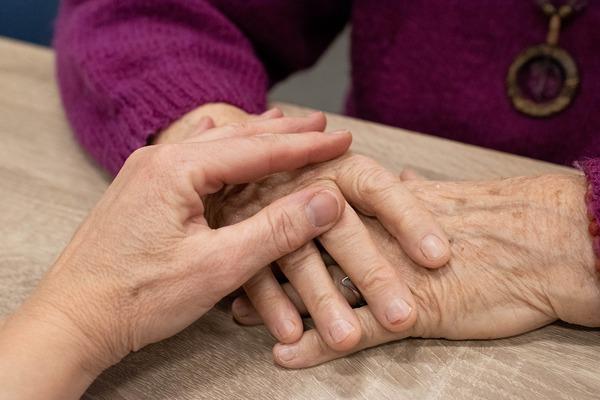 Opiekunowie także chorują, szczególnie, gdy doświadczają silniejszego stresu [fot. Sabine van Erp from Pixabay]