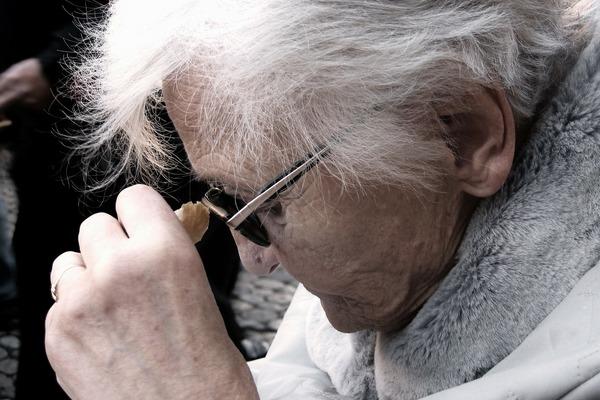 Osłabienie słuchu i wzroku to sygnał choroby Alzheimera [fot.  Gerd Altmann z Pixabay]