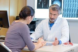Pacjent i onkolog partnerami w leczeniu [© auremar - Fotolia.com]