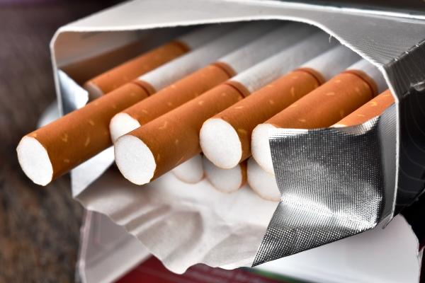 Paczka papierosów dziennie zabiera ci kilka lat życia [Fot. Pam Walker - Fotolia.com]