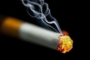 Palenie papierosów sprzyja związanemu z wiekiem zwyrodnieniu plamki żółtej (AMD) [© nikkytok - Fotolia.com]