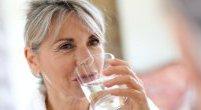 Pamiętaj o piciu wody. 9 skutków odwodnienia organizmu