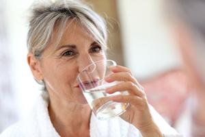 Pamiętaj o piciu wody. 9 skutków odwodnienia organizmu [© goodluz - Fotolia.com]