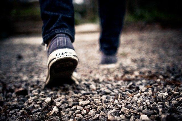 Piesze wycieczki (hiking) są dobre i dla ciała, i dla umysłu [fot. PublicDomainArchive from Pixabay]